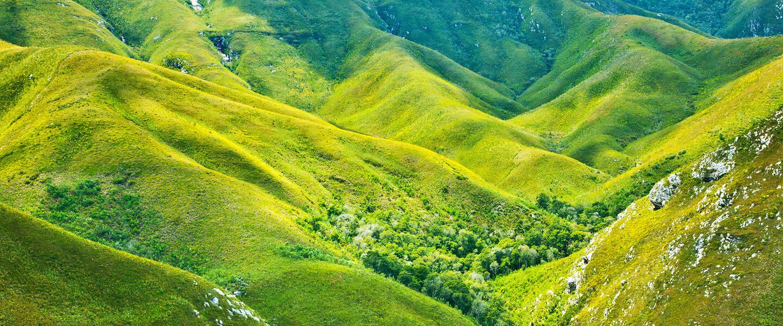 Wilde Küste und grüne Berge